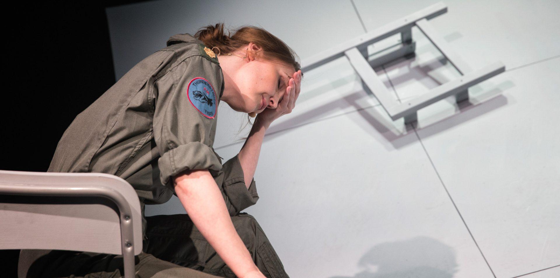 """Anmeldelse af """"Grounded"""": Kaja Kamuk strålede i en middelmådig forestilling"""