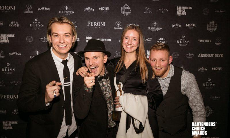 Fra venstre: Bastian Leander (ejer Gedulgt), Mads Schack (barchef Gedulgt), Tanne Morville (PR & Medarbejderansvarlig Gedulgt) & Mattis Molge (souschef Gedulgt) – Gedulgt vinder People's Choice Danmarks Bedste Bar