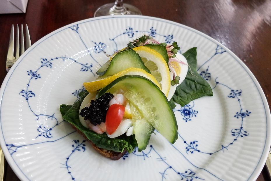 Æg og rejer fra Frøken Jørgensen's Smørrebrød