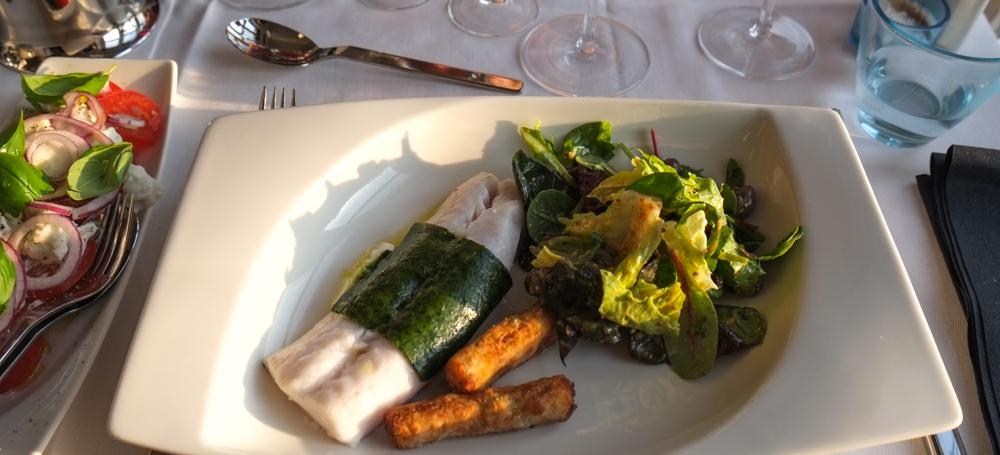Bagt kulmule med estragon panade, grillet forårsløg, tomat salat og friteret polenta på Martino