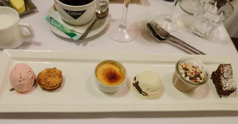 Bellis desserttallerken med små klassiske brasserie desserter på Brasserie Belli