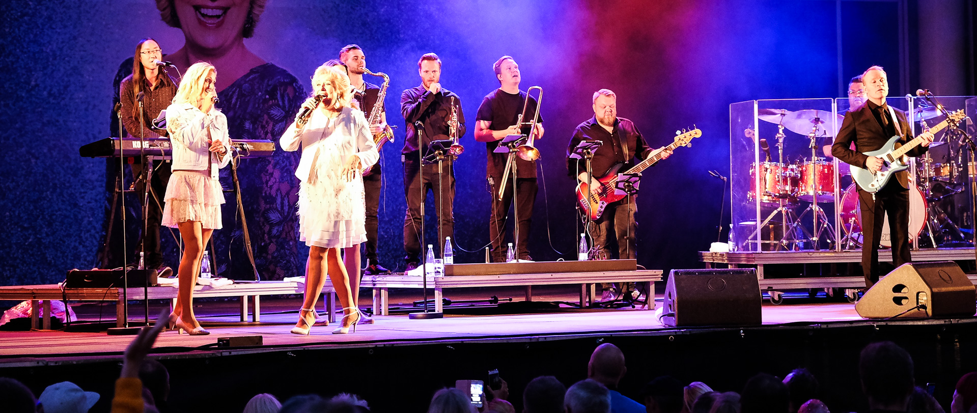 Fed Fredag: Birthe Kjær ramte publikum med knaldrøde cowboyhatte, hits og linedance