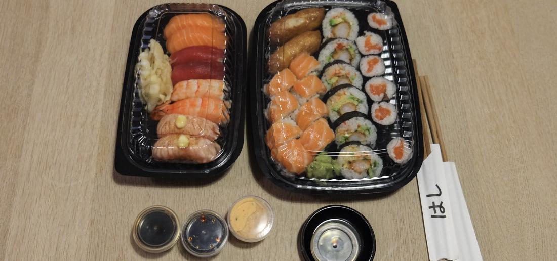 Boksene med vores takeaway fra Oishii Running Sushi