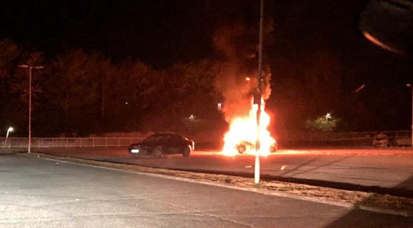 Atter et døgn med brande: Bil, container og legeplads-hytte i flammer