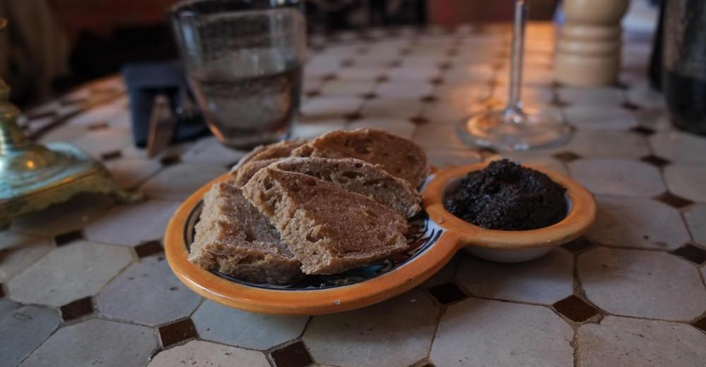 Brød med oliventapanade på  Restaurant Ricks i Aarhus