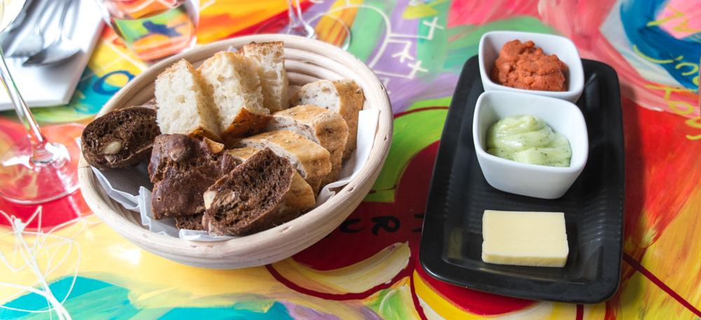 Brødkurv med tilbehør på Restaurant Mellemrum