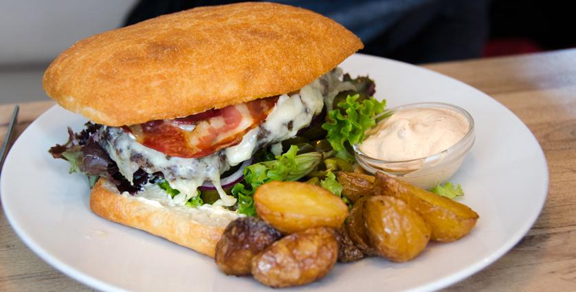 Burger-Bål-på-Rar-Bar-i-Århus