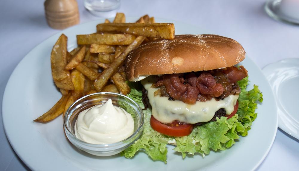 Burger og håndskårne fritter på Europa i Aarhus