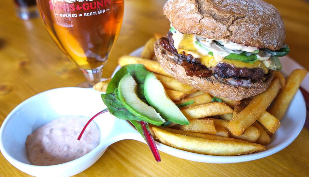 Cheeseburger med fritter på Bierfass Øltønden