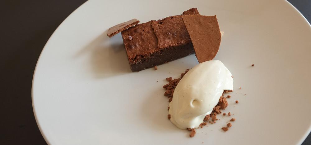 Chokoladekage med vaniljeis på Lecoq i Aarhus
