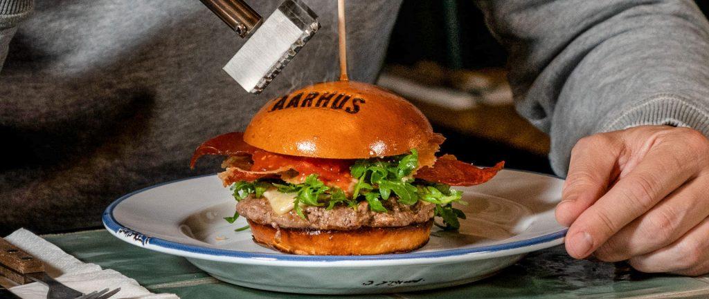 Burgerrestaurant og Aarhuskoryfæ laver Aarhus-burger og genopliver gammel bonuskampagne