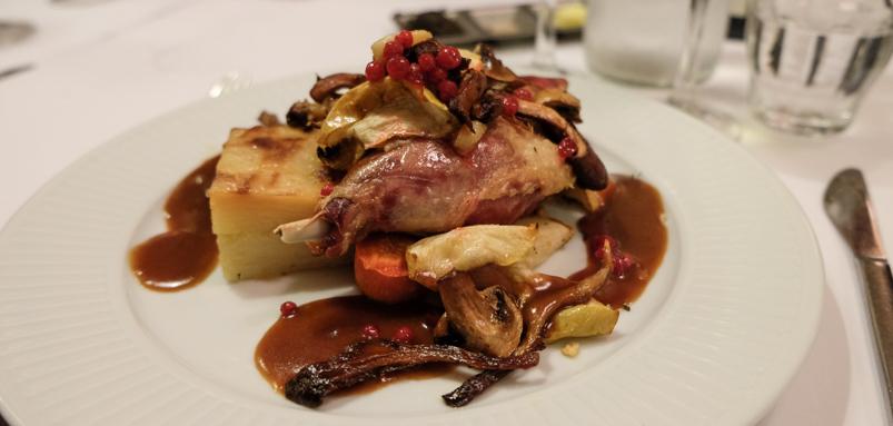 Confit af andelår, serveret med æbler, stegte svampe samt calvadossauc på Brasserie Belli