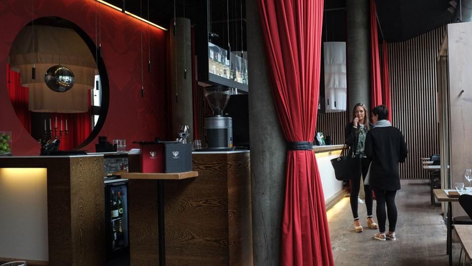 Ud over maden, så har Castenskiold nogle af byens mest lækre lokaler. Der er noget internationalt og cool over restauranten. Tankerne leder en hen på de hippe restauranter i Paris, Barcelona og New York.