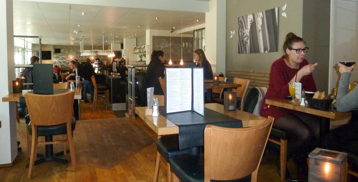 De første gæster på Café Faust i Aarhus