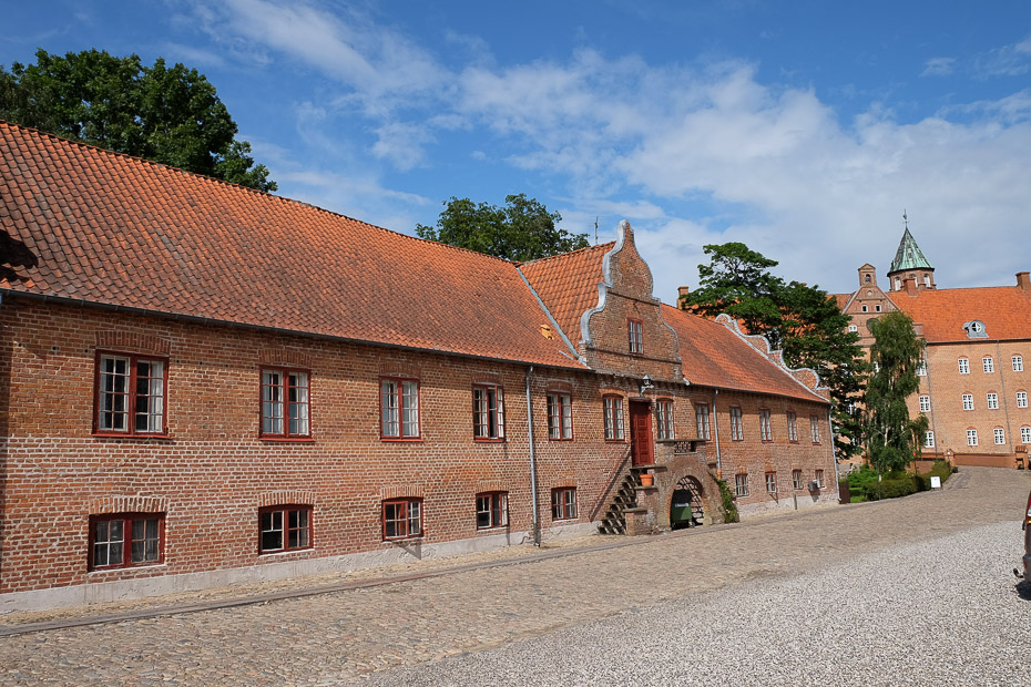De smukke gamle bygninger på Sostrup Slot