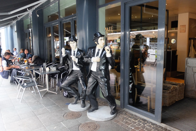 De to mænd ved Café Faust ved åen
