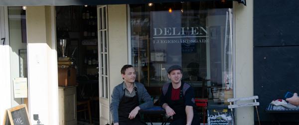 Deli-drengene udenfor butikken i Jægergårdsgade