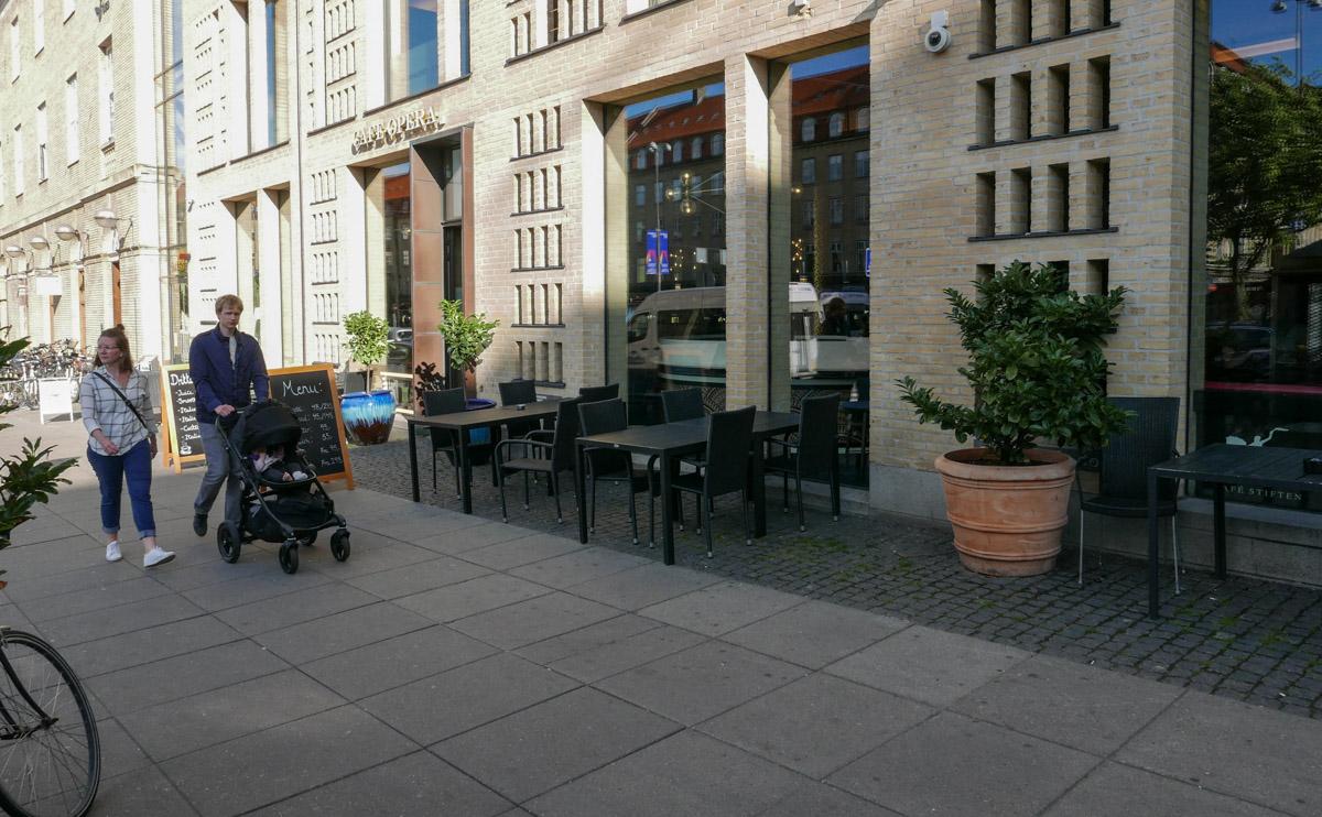 Café Opera på Banegårdspladsen