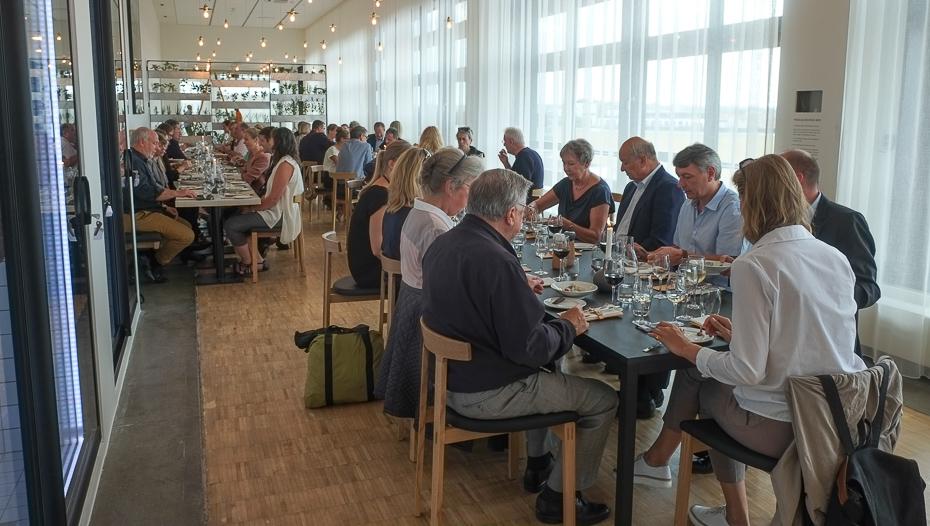 En fyldt restaurant på Aros Food Hall_