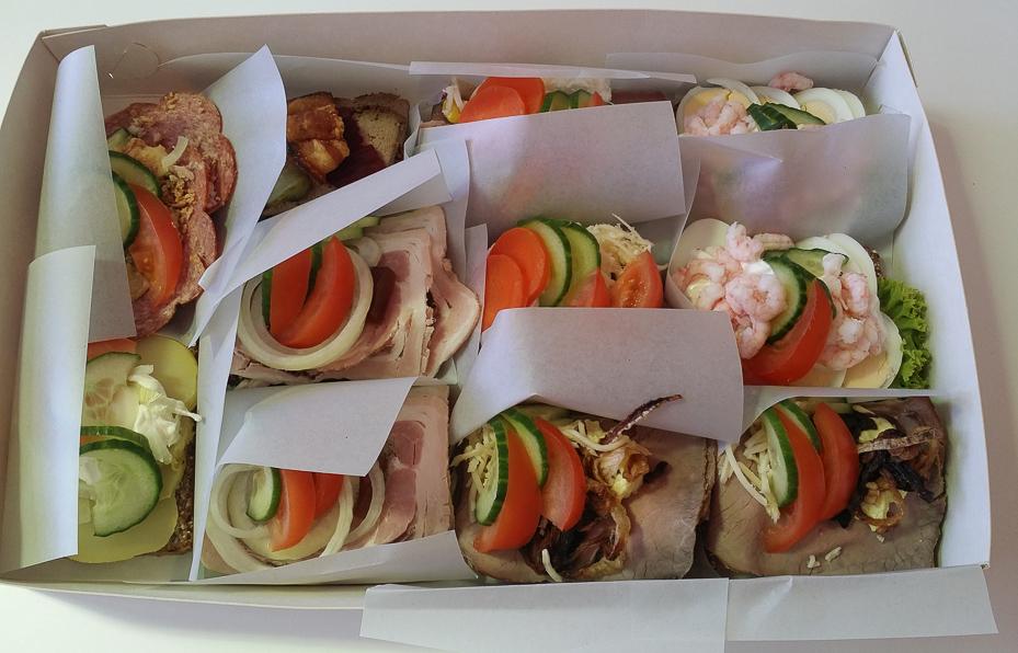 En kasse smørrebrød fra Odensegades Smørrebrød i Aarhus_