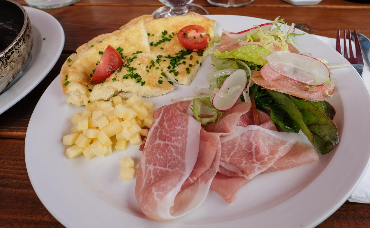 En stor portion æggekage - Møllegården på Alrø