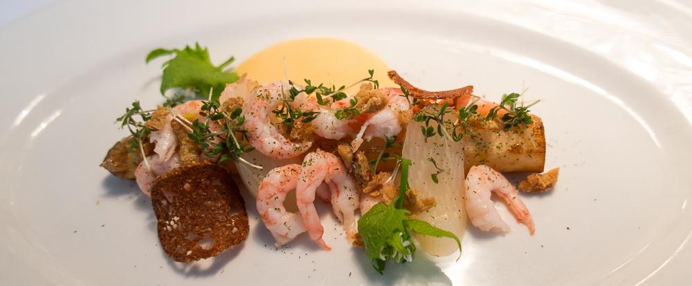 En stor, stegt hvid asparges brunet i smør, friskpillede nordsørejer, sauce mousseline, løgkarse, sprød kyllingeskind på Casablanca