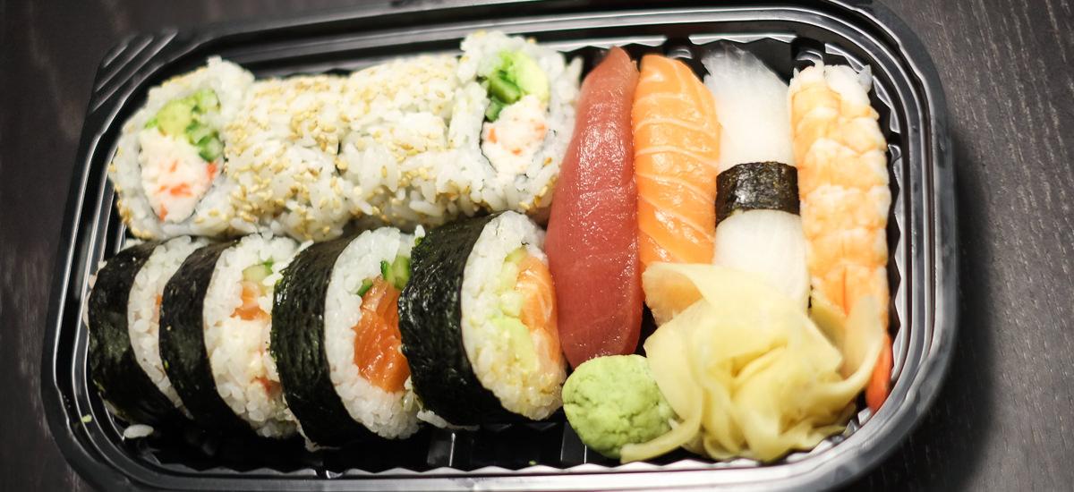 En sushimenu B med 12 stykker blandet sushi til 109 kroner fra Sashimi Sushi på Trøjborg_