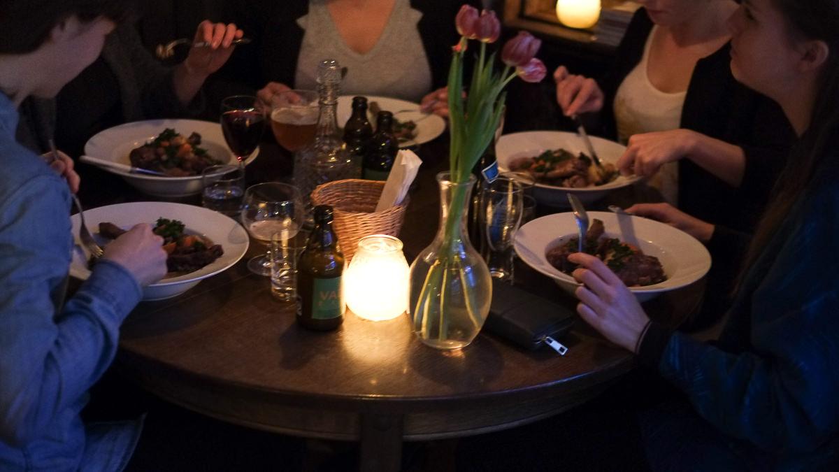 Et bord med kvinder og øl på Vesterlauget_