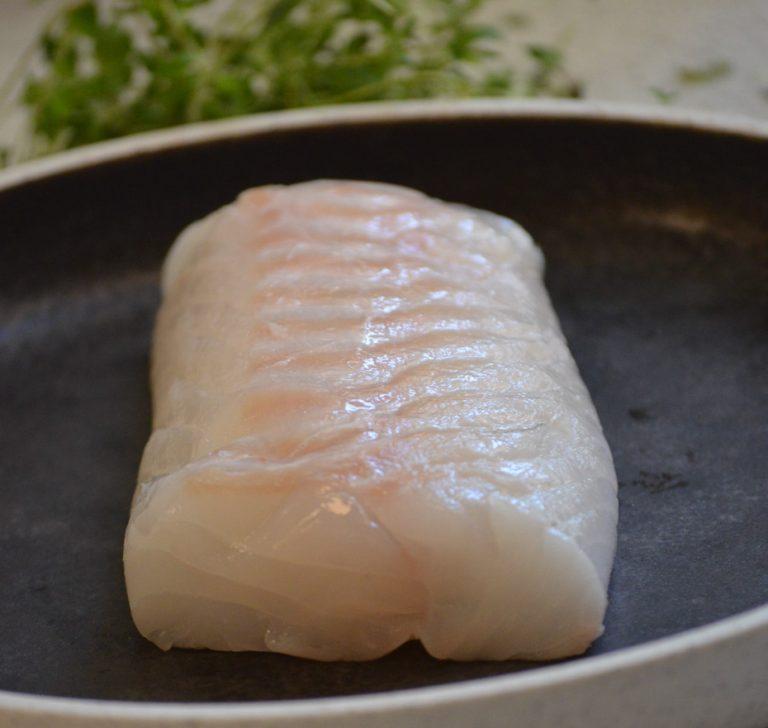 Stegt torsk, brunet smør med soya, hasselnødder, kapers, løg og smørstegt selleri