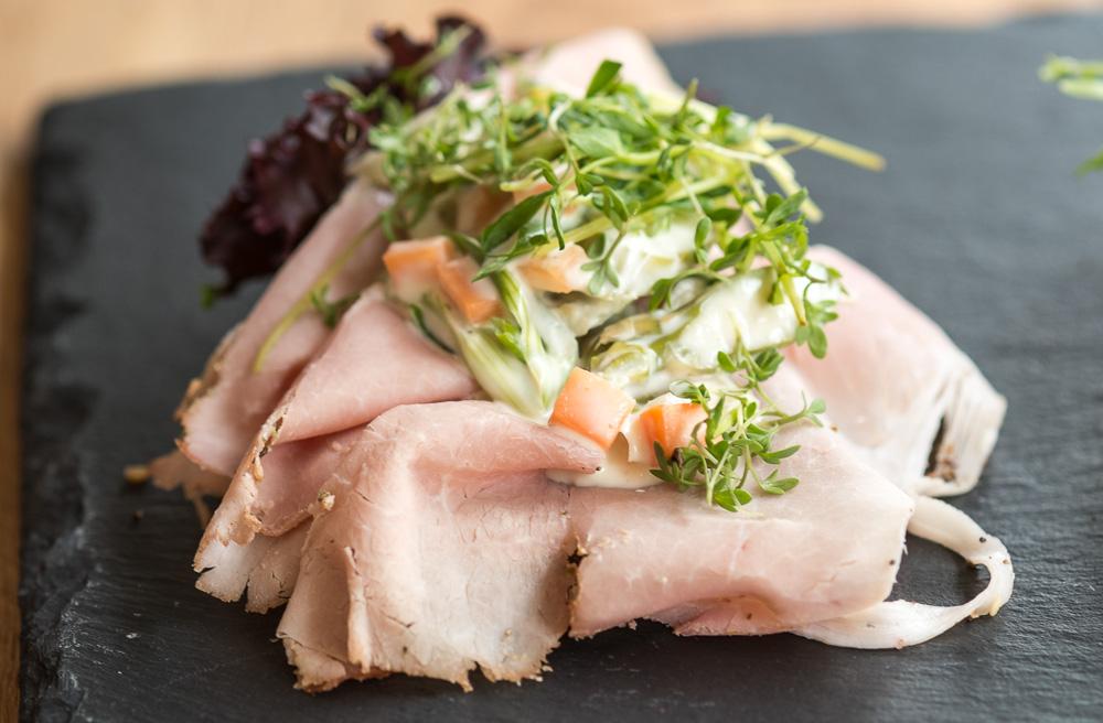 Et stykke med kogt skinke, med urter, hjemmelavet italiensk salat med forårsløg, asparges og gulerødder hos Foodfein i Aarhus