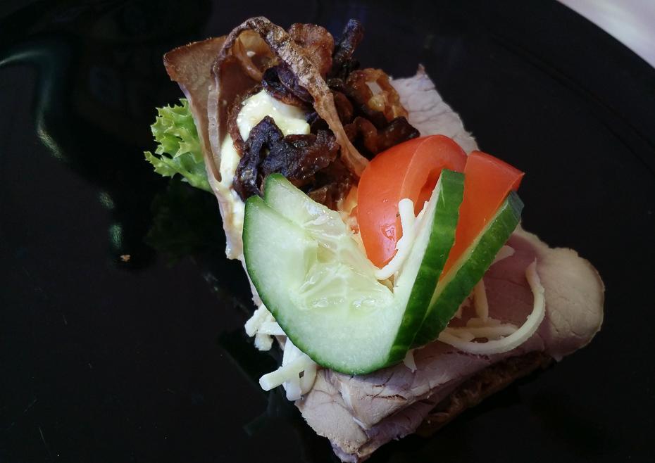 Et stykke med roastbeef fra Odensegades Smørrebrød i Aarhus_