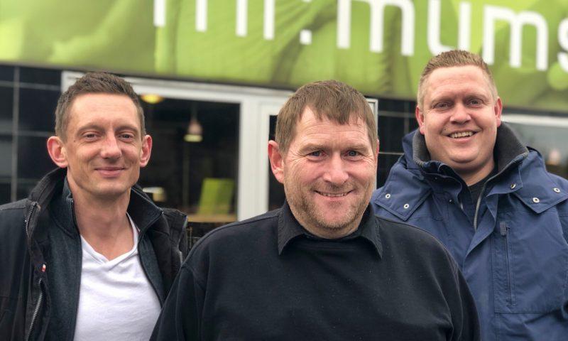 Fra venstre Mathias Bendix Christensen, Tommy Telt og René Pedersen på pladsen foran butikken i Højbjerg i Aarhus, hvor forårsreceptionen finder sted.
