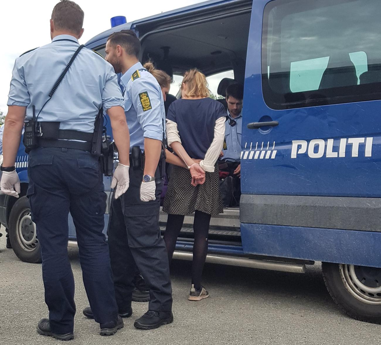 Civil ulydighedsaktion: 11 anholdt under blokade af oliehavnen i Aarhus