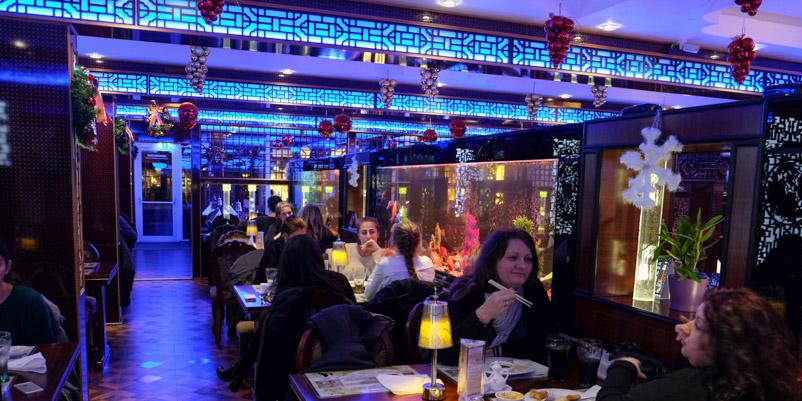 Farvet lys på Asia Restaurant i Viby