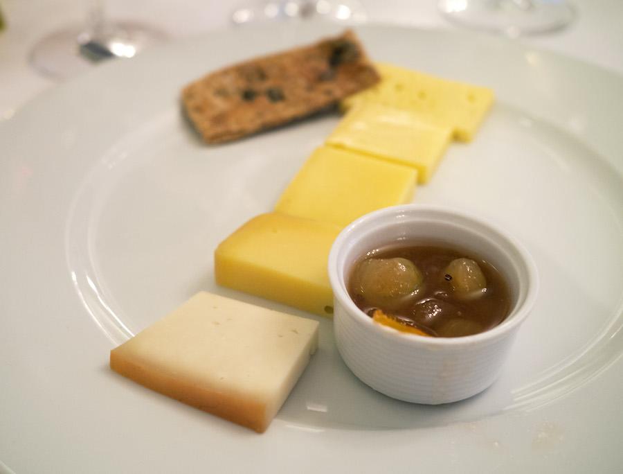Fem oste fra Samsø Mælk ved Koldby på sydøen.