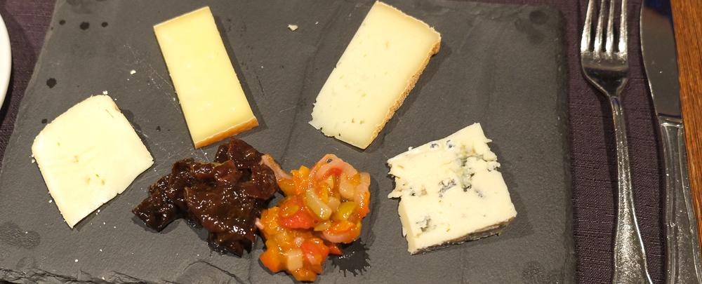 Fire oste på på La Pyramide