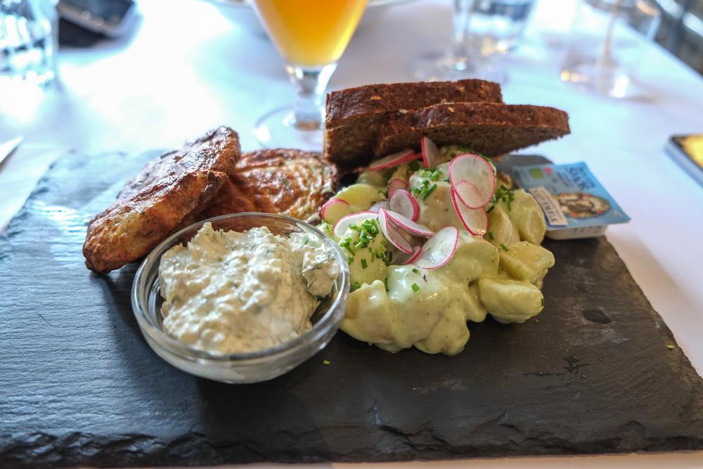 Fiskefrikadeller med kartoffelsalat på Café Drudenfuss i Aarhus