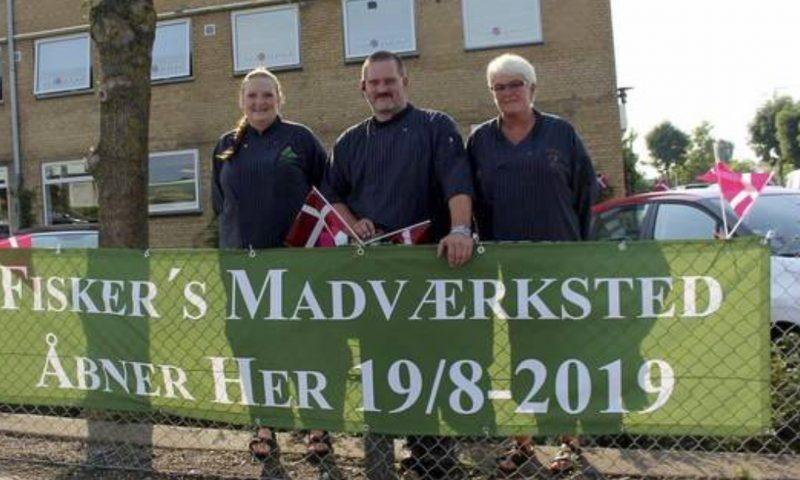 Fisker's Madværksted har markeret åbningen med et stort banner og flag ved Viby Ringvej. Fra venstre mod højre er det: Astrid Fisker, Johannes FIsker og Tina Jensen.