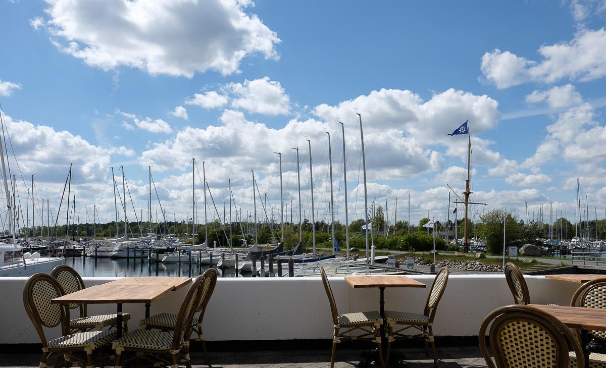 Flot terrasse hos Kaløvig Badehotel og Brasserie_