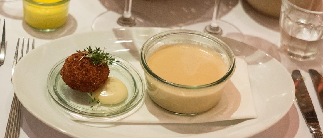 Første servering; Hummerbisque med letrøget hellefisk og bøgehatte på Mefisto
