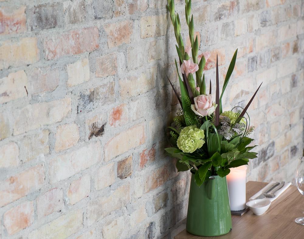 Friske blomster og mursten på Restaurant Pondus i Aarhus