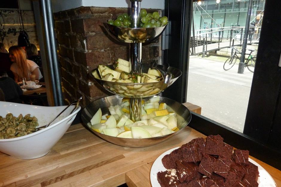 Frugt og kage på Café Ziggy_