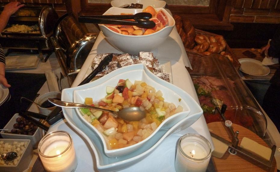 Frugt og kage på Cross Café