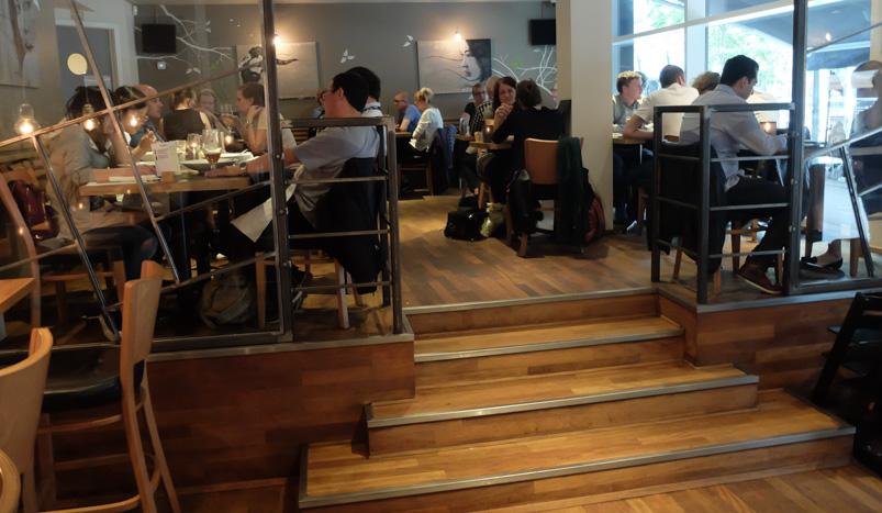 Fuldt hos indendørs hos Café Faust ved åen