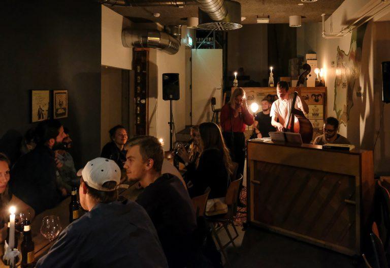 Gang i musikken hos Pica Pica tæt på åen i Aarhus C
