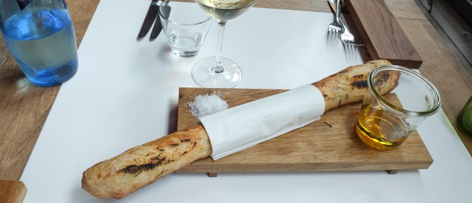 Vi startede med nybagt lun brød, som var grillet til sidst.Som dyppelse fik vi olivenolie. Det smagte af bål og sommer, perfekt!