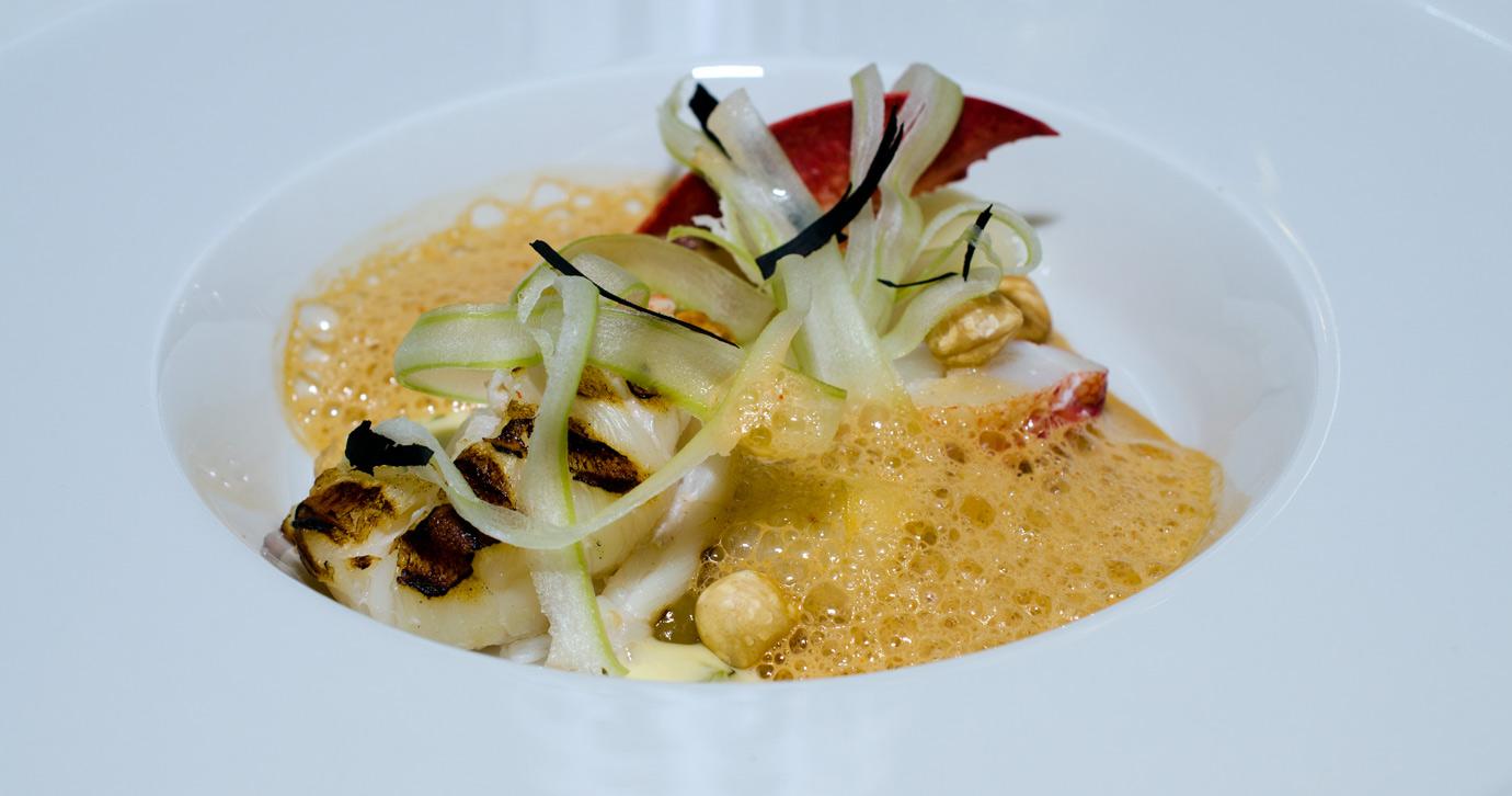 Grillet sort hummer med ristet-porre, ristede hasselnødder, citron confit og en-kraftig skummet hummerbisque på Lecoq