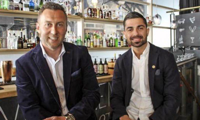 Gürkan Gursoy til venstre og Burak Morali til højre. De brænder for deres nye cocktailbar langt ind i deres hjerter. Foto: Camilla Kjærgaard Olesen