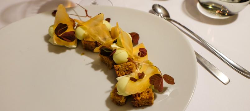 Hjemmelavet friskostcreme og gulerodskage på Restaurant Gäst