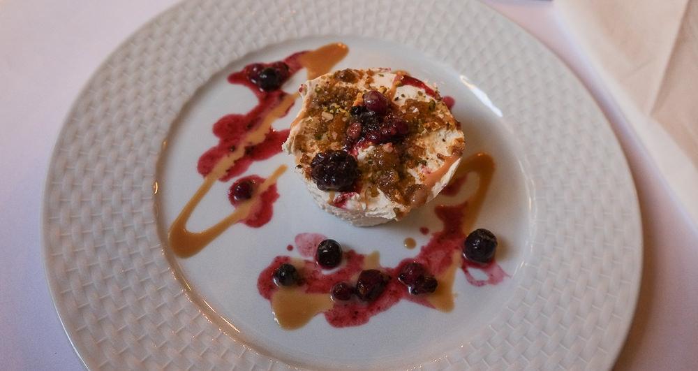 Hjemmelavet nougatis med abrikos og pistacie på Marco Polo i Aarhus